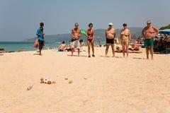 Los turistas europeos están jugando los boules del juego Imagenes de archivo