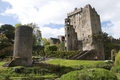 Los turistas exploran el castillo y los argumentos, lisonja de la lisonja foto de archivo