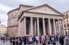 Los turistas extranjeros dan un paseo y toman imágenes de la Roma antigua de Italia cerca del sitio histórico del día del otoño d foto de archivo libre de regalías