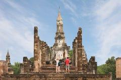 Los turistas extranjeros están tomando la foto de Buda antiguo en Sukhothai Imágenes de archivo libres de regalías