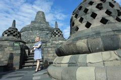 Los turistas extranjeros gozan el visitar de Borobudur Foto de archivo