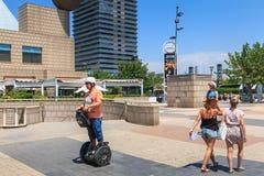 Los turistas felices se mueven en la playa de Barcelona con segway Fotos de archivo libres de regalías