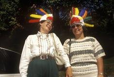 Los turistas femeninos con los tocados indios que miran sobre parque de estado de la jerarquía de los halcones pasan por alto en  Imagen de archivo libre de regalías