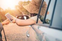 Los turistas femeninos investigan sobre direcciones de la gente en el ?rea para conseguir el objetivo correcto fotos de archivo libres de regalías