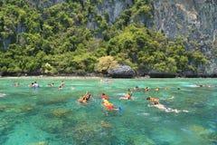 Los turistas gozan con bucear en un mar tropical en el isla de Phi Phi Fotos de archivo libres de regalías
