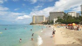 Los turistas gozan del agua de la playa de Waikiki