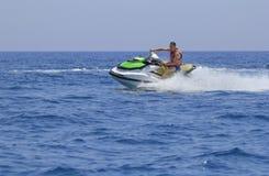 Los turistas gozan el conducir de jetski Fotos de archivo