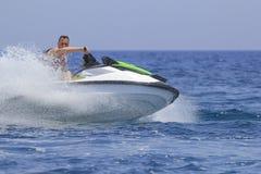 Los turistas gozan el conducir de jetski Fotografía de archivo libre de regalías