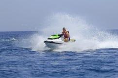 Los turistas gozan el conducir de jetski Imagenes de archivo