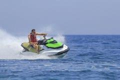 Los turistas gozan el conducir de jetski Imagen de archivo