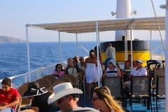 Los turistas gozan en el viaje de la travesía - Grecia Fotos de archivo