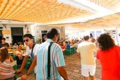 Los turistas gozan en el viaje de la travesía - Grecia Imágenes de archivo libres de regalías