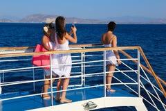 Los turistas gozan en el viaje de la travesía - Grecia Imagen de archivo