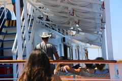 Los turistas gozan en el viaje de la travesía - Grecia Foto de archivo libre de regalías