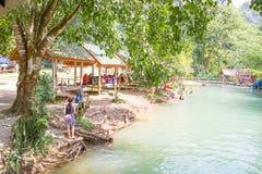 Los turistas gozan en la laguna azul, Vangvieng, Laos Imágenes de archivo libres de regalías