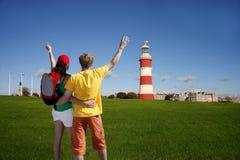 Los turistas jovenes acercan al faro de Plymouth, Reino Unido Imagen de archivo libre de regalías