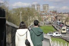 Los turistas jovenes miran la iglesia de monasterio de York, Gran Bretaña imágenes de archivo libres de regalías