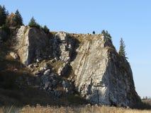 Los turistas jovenes se colocan encima de la montaña Bogatyr en el río Chusovaya Imagenes de archivo