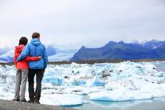 Los turistas juntan romántico en Islandia Jokulsarlon imagenes de archivo