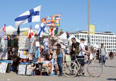 Los turistas leen una parada del recuerdo cuidadosamente en Helsinki Fotografía de archivo