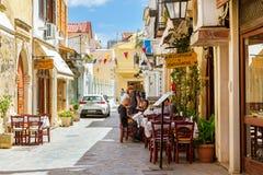 Los turistas leyeron el menú en café de la calle en Creta, Grecia fotografía de archivo