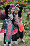 Los turistas llevan los trajes tribales de Miao Tribal Fotografía de archivo libre de regalías