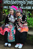 Los turistas llevan los trajes tribales de Miao Tribal Foto de archivo libre de regalías