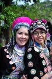 Los turistas llevan los trajes tribales de Miao Tribal para gozar para toman la foto Imagenes de archivo
