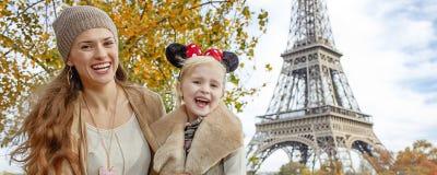 Los turistas miman e hija en los oídos de Minnie Mouse en París Imágenes de archivo libres de regalías