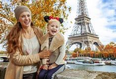 Los turistas miman e hija en los oídos de Minnie Mouse en París Imagenes de archivo