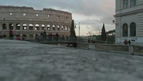 Los turistas miran el Colosseum de un puente peatonal, Roma, en 4K almacen de metraje de vídeo
