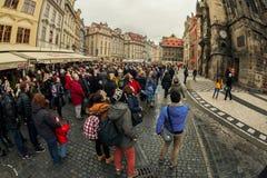 Los turistas miran el reloj astronómico en Praga Imágenes de archivo libres de regalías