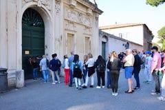 Los turistas miran furtivamente en el ojo de la cerradura de los di Malta de Cavalieri del dei de Magistrale del chalet Fotos de archivo