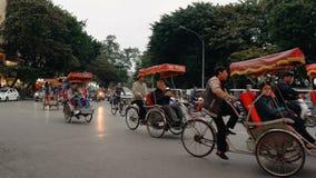 Los turistas montan los carritos