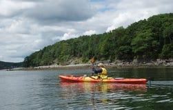 Los turistas montan los kajaks del mar en el puerto de la barra, Maine Fotos de archivo libres de regalías