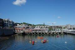 Los turistas montan los kajaks del mar en el puerto de la barra, Maine Fotografía de archivo libre de regalías