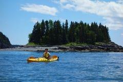 Los turistas montan los kajaks del mar en el puerto de la barra, Maine Imagenes de archivo