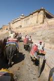 Los turistas montan un elefante a Amber Fort en Inida Imagen de archivo