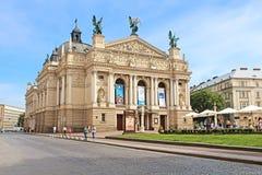 Los turistas no identificados cerca de Solomiya Krushelnytska indican el teatro académico de la ópera y de ballet Foto de archivo libre de regalías