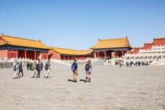 2015: Los turistas para visitar la ciudad Prohibida, la ciudad Prohibida son una de las atracciones turísticas más famosas de Chi Fotografía de archivo libre de regalías
