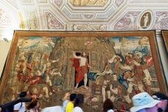 Los turistas pasan con una de las galerías del museo del Vaticano Imagen de archivo libre de regalías