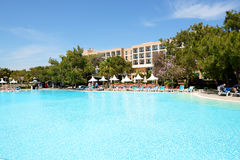 Los turistas que disfrutan de sus vacaciones en el goce del hotel de lujo Fotografía de archivo libre de regalías