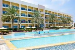 Los turistas que disfrutan de sus vacaciones en el hotel de lujo Imagen de archivo libre de regalías