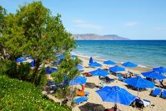 Los turistas que disfrutan de sus vacaciones en la playa Imágenes de archivo libres de regalías
