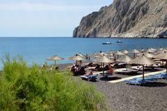 Los turistas que disfrutan de sus vacaciones en una playa Imágenes de archivo libres de regalías