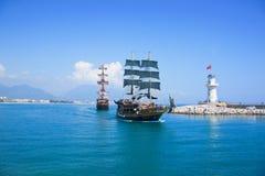 Los turistas que gozan del mar viajan en sailships del vintage en Alanya, Tu Imágenes de archivo libres de regalías