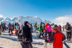 Los turistas que llevan el traje de esquí son diversión para jugar el esquí en el gornergrat, montaña de Zermatt, Suiza Esta imag Imagenes de archivo