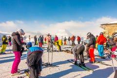 Los turistas que llevan el traje de esquí son diversión para jugar el esquí en el gornergrat, montaña de Zermatt, Suiza Esta imag Foto de archivo libre de regalías