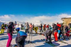 Los turistas que llevan el traje de esquí son diversión para jugar el esquí en el gornergrat, montaña de Zermatt, Suiza Esta imag Imagen de archivo