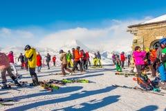 Los turistas que llevan el traje de esquí son diversión para jugar el esquí en el gornergrat, montaña de Zermatt, Suiza Esta imag Imágenes de archivo libres de regalías